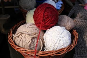 gomitoli di lana per creazione maglioni