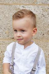 Junge festlich gekleidet