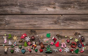 Weihnachtlicher Hintergrund aus Holz mit Rot als Weihnachtskarte