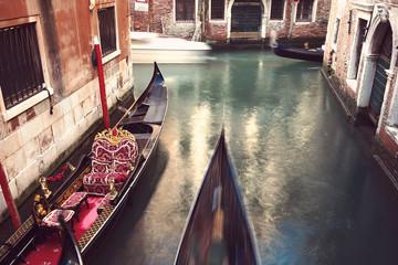 Wąski Wenecki kanał z poruszającą się gondolą