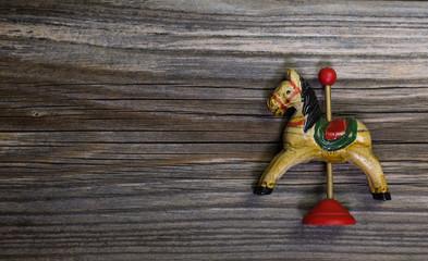Altes Holzpferd auf Holz: Weihnachtlicher Hintergrund