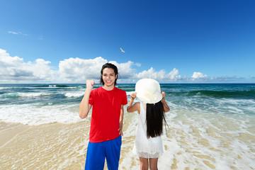 美しい海と笑顔のカップル