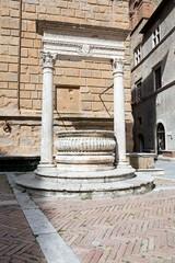 Piazza Pio II, il pozzo- Pienza