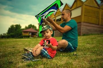 Отец с сыном запускают воздушного змея