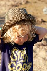 Stay cool - kleiner Junge mit Sonnenhut