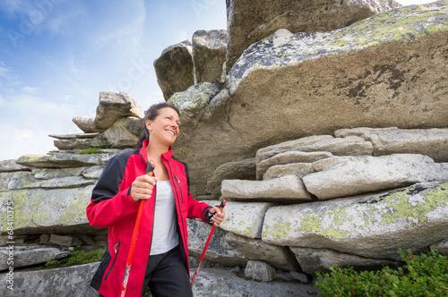 Frau beim wandern im Mittelgebirge