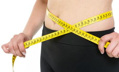 Ragazza che misura il girovita