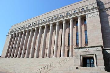 Frontalansicht des Reichstagsgebäudes in Helsinki
