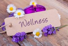 Wellness - Schild mit Text und Blumendekoration
