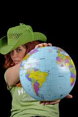 donna che offre il globo terrestre di plastica