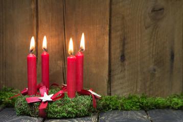 Vierter Advent: vier brennende rote Kerzen: Adventskranz
