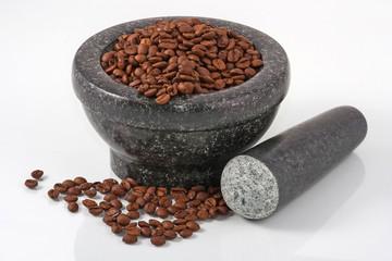 Mörser mit Kaffeebohnen und Stößel