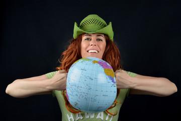giovane donna che schiaccia un globo di plastica