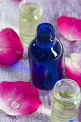 Aromathérapie- bouteille huiles essentielles et petales de rose