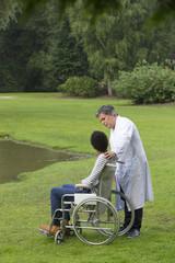medecin assistant jeune homme en fauteuil roulant