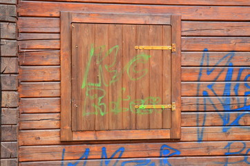 Sachbeschädigung durch Schmiererei an Hauswand