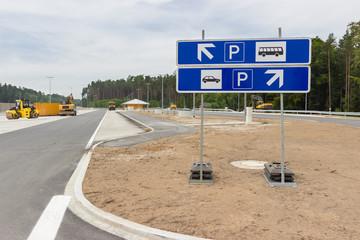 Neu gebaute Parkplätze an der Autobahn