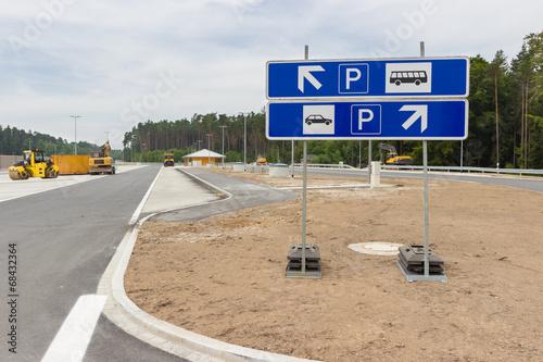 Neu gebaute Parkplätze an der Autobahn - 68432364