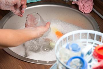 beim abwaschen in der Küche