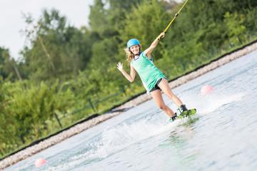 Frau winkt beim Wassersport
