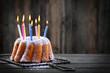 Geburtstagskuchen mit bunten Kerzen - 68436386