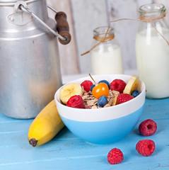 Früchtemüsli mit Milch