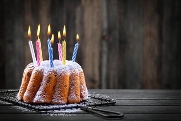 Geburtstagskuchen mit bunten Kerzen