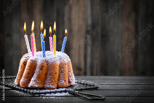 Keuken foto achterwand Dessert Geburtstagskuchen mit bunten Kerzen