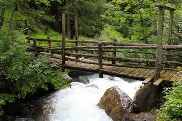 Wildbach und Holzbrücke