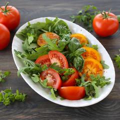Bunte Tomaten mit Rucola