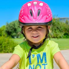 Bimba con casco da bicicletta