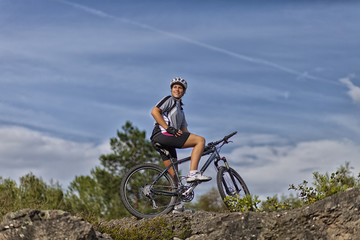 Frau auf einem Mountainbike