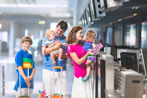 Family at the airport - 68443524