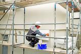 Wärmedämmung, Hausisolierung, Handwerker mit Styroporplatte - 68447382