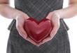 Konzept Partnersuche: Frau hält ein rotes Herz in der Hand