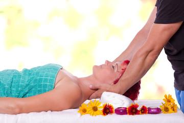 Entspannende Nacken-Massage für eine junge schöne Frau