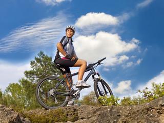 junge Frau auf einem Mountainbike