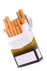 schräg stehende offene Zigarettenschachtel