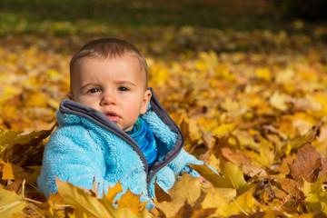 Herbst: Baby sitzend im Herbst Laub