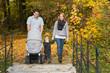 Junge Familie im Herbst beim Spaziergang