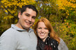 Junges verliebtes Paar im Herbst beim Wandern