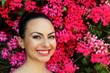 Ritratto della bellezza su sfondo floreale
