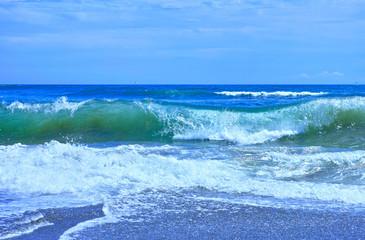 浜辺の澄んだ大波