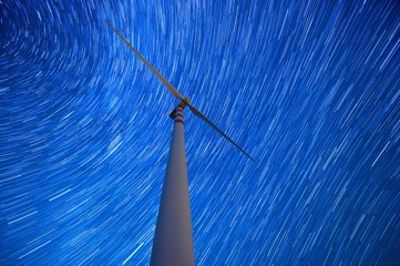 Cielo stellato sopra la pala eolica