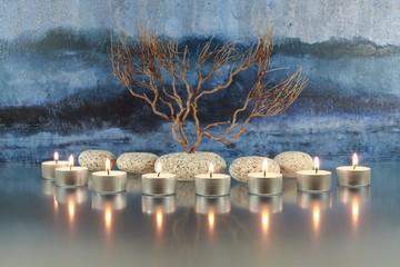 Stilleben mit Kerzen, Steinen und Zweigen
