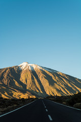 Straße durch Teide Nationalpark und Vulkan Teide auf Teneriffa