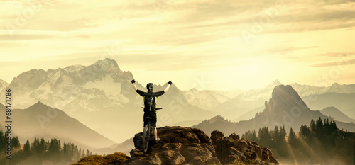 Tuinposter Fietsen Mountainbiker auf Gipfel