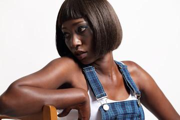 donna di colore con salopette