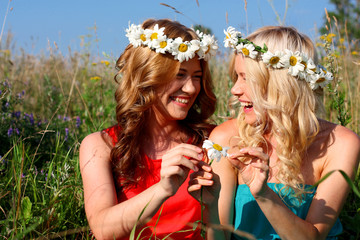 Две девушки в ярких платьях на фоне природы