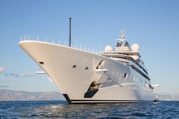 Luxuriöse Motor Mega Yacht am Ozean